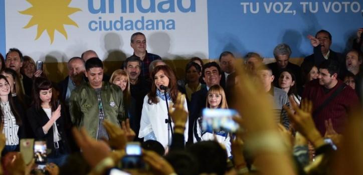 """Cristina Fernández cerró la campaña de Unidad Ciudadana en la Universidad de La Matanza. Cuestionó a Cambiemos y responsabilizó al Gobierno por la desaparición de Santiago Maldonado. Y tuvo un poco de autocrítica: """"No fuimos tan humildes como hubiéramos debido""""."""
