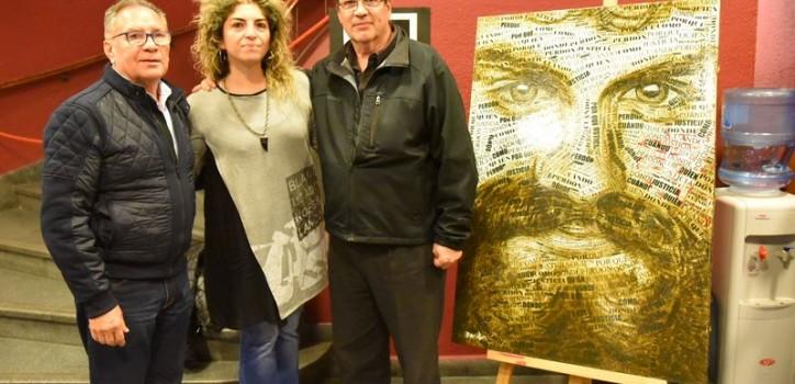 """""""El camino de Santiago"""" se proyectó en el Teatro Gran Ituzaingó. Asistieron a la proyección el intendente Alberto Descalzo; Tristán Bauer, director del film; y el productor, Jorge """"Topo"""" Devoto."""