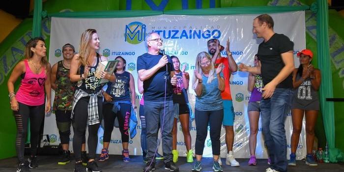 Los intendentes Alberto Descalzo y Martín Insaurralde presenciaron una clase de zumba de  Jésica Cirio en el cierre de actividades de verano de Ituzaingó.