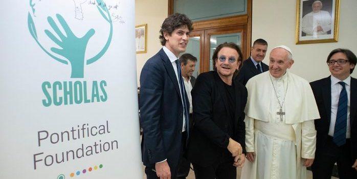 El papa Francisco mantuvo un encuentro en el Vaticano con Bono y Martín Lousteau, por la educación y contra la pedofilia. El músico apoya también proyectos de la fundación pontificia Scholas Occurrentes.