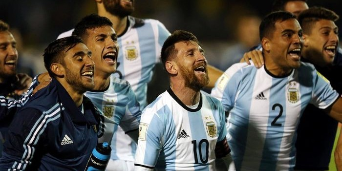 Con tres goles de Messi, la selección ganó en Quito y se clasificó para el Mundial. Dardos contra la prensa y expectativas por Rusia 2018.