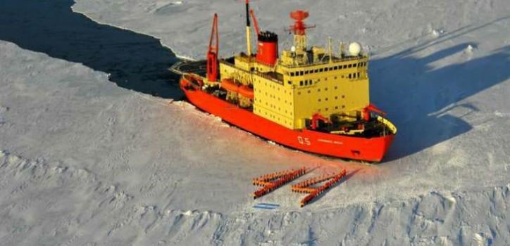 En la Antártida, el rompehielos Almirante Irízar homenajeó a los submarinistas desaparecidos.