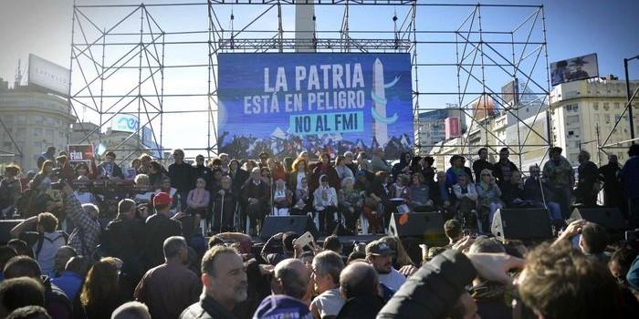 Actores, políticos y sindicalistas marcharon al Obelisco contra el Gobierno y el FMI. La convocatoria reunió a gran cantidad de gente. Por su parte, Macri tuvo Tedéum y locro en Olivos.