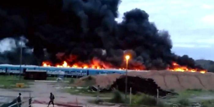 Incendio en un depósito de vagones en San Martín. Fue en cercanías de la estación Migueletes e intervinieron cuatro dotaciones de bomberos.