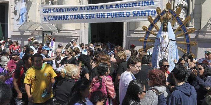 Cientos de personas pasaron por el santuario de San Cayetano, en Liniers, donde el cardenal Poli ofició la misa central. Movilización desde distintos puntos.