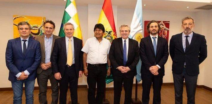 Alberto Fernández realizó una gira relámpago por Bolivia y Perú. Lo acompañaron Solá, Santiago Cafiero y los intendentes Katopodis y Zabaleta.