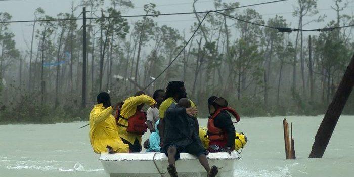El huracán Dorian dejó al menos cinco muertos en Bahamas, pero bajó su intensidad camino a la costa de  EE.UU.