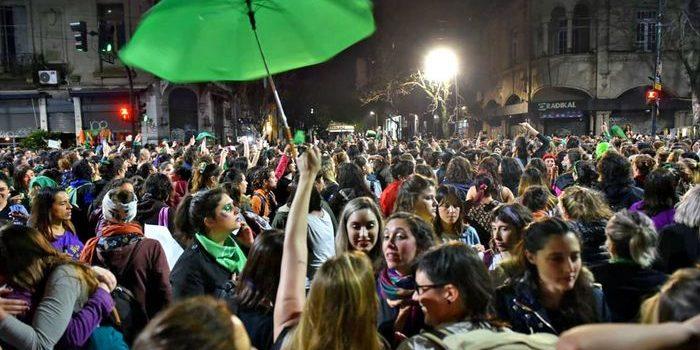 El 34° Encuentro Nacional de Mujeres reunió a más de 200 mil mujeres y disidencias, en La Plata. La marcha convocó a mujeres, lesbianas, travestis, trans y no binaries de todas las edades.