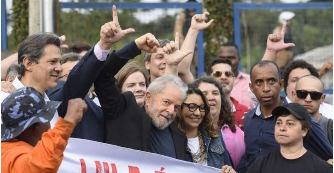 Lula livre. El ex presidente brasileño y líder del Partido de los Trabajadores recuperó la libertad luego de 580 días. Reencuentro con la militancia y mensajes de dirigentes de varios países.