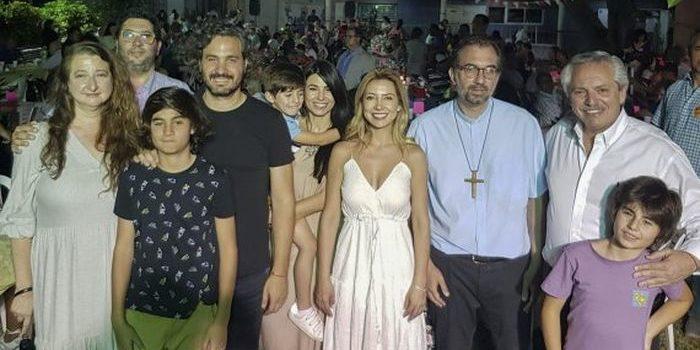 Alberto Fernández pasó la Nochebuena en el Santuario de San Cayetano, mientras decenas de personas cenaban allí. Lo acompañaron Fabiola Yáñez y Santiago Cafiero.