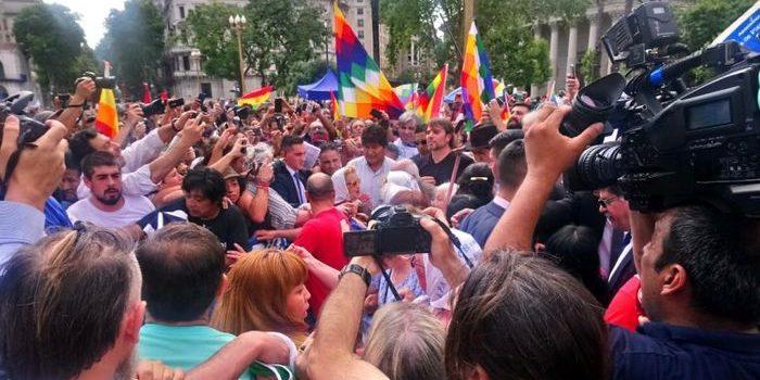 """Evo Morales participó de la ronda de las Madres de Plaza de Mayo. Allí dijo, """"gracias por acompañar la lucha contra la dictadura en Bolivia""""."""