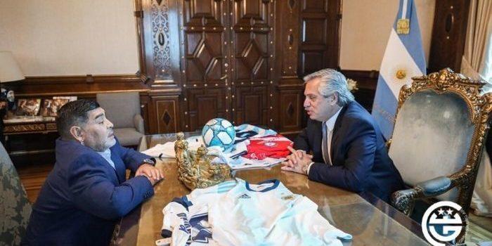 El Presidente recibió en Casa Rosada al actual técnico de Gimnasia y Esgrima. Hablaron sobre programas sociales y el astro de fútbol apuntó contra Macri desde el histórico balcón.
