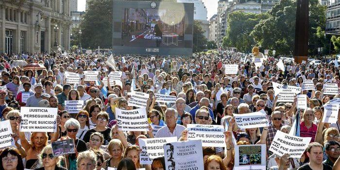 Lectura de documento y fuertes críticas al kirchnerismo en el homenaje por la muerte de Nisman. En el quinto aniversario de la muerte del fiscal, en la Plaza Estado del Vaticano se reunieron Sara Garfunkel, organizaciones y dirigentes de Juntos por el Cambio.