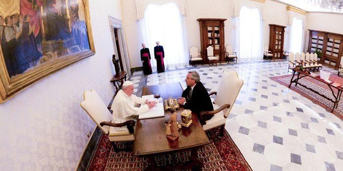 Alberto Fernández mantuvo su primer encuentro como Presidente con el Papa Francisco. Dialogaron sobre la pobreza y la situación de crisis que atraviesa el país. El Vaticano ayudaría a la Argentina con el tema de la deuda.