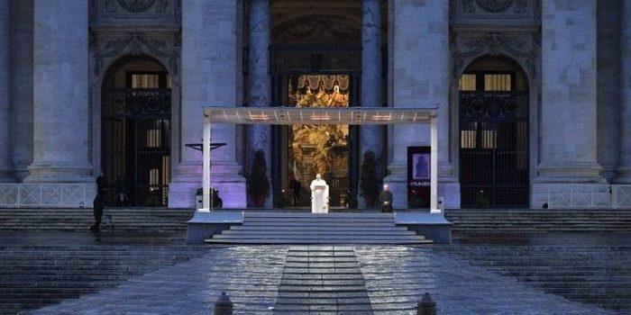 El papa Francisco realizó la bendición Urbi et Orbi, en una Plaza San Pedro desierta. El mensaje fue seguido por el mundo católico.