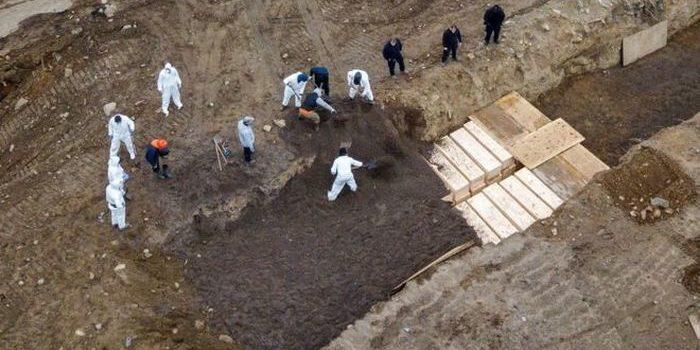 Coronavirus en EE.UU.: entierros en una fosa común en Nueva York. La ciudad hasta el 9 de abril registraba 159.937 contagiados y 7.000 muertos.